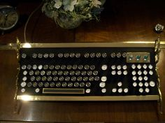 The Best in Steampunk Tech Design Steampunk Home Decor, Steampunk House, Steampunk Design, Steampunk Keyboard, Green Living Tips, Futuristic Design, Key Design, Messing, Tech Gadgets