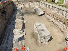 File:Istanbul.Hagia Sophia-İkinci Ayasofya kalıntıları. Giriş merdiveni, portik kalıntıları ve vaktiyle cepheyi süsleyen iki mermer blok.