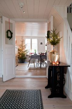 21 Ideas house decor rustic entryway for 2019 Modern Christmas Decor, Christmas Interiors, Scandinavian Christmas, Holiday Decor, Swedish Christmas Decorations, All Things Christmas, Christmas Home, Christmas Holidays, Christmas Ideas