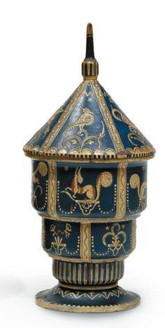 Wiener Werkstatte, circa 1910 Boîte en bois peint fruitier en forme de manège à décor animalier étagé émaillée bleu et blanc-ivoire Estampillé sous la base