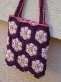 Voici revenir le soleil et un petit air de printemps avec ces African Flowers même si ce matin le thermomètre frôlait les -5° Granny... Crochet Pouch, Crochet Cross, Knit Crochet, Crochet African Flowers, Crochet Flowers, Crochet Handbags, Crochet Purses, Sombrero A Crochet, Knitted Bags