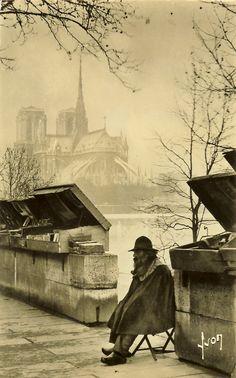 """""""Un Bouquiniste et Notre Dame"""", Paris, 1931.Photographie de Yvon (pseudo de Jean Pierre Yves Petit) (Bordeaux 1886 - 1969)."""