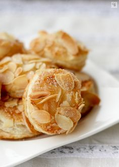 Almond treats (with puff pastry) Fancy Desserts, Cookie Desserts, Just Desserts, Cookie Recipes, Delicious Desserts, Snack Recipes, Dessert Recipes, Gourmet Desserts, Plated Desserts
