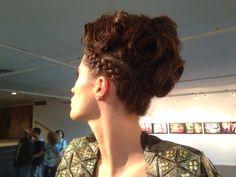 Peinado realizado por equipo @WellaProfessionalsLA para inauguración muestra Creando Imagen de Moda IV en @centroborges #eamoda #producciondemoda #peinado