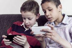 <p>SOSIALT MOBIL-LIV: Norske barn bruker stadig mer tid på sosiale medieplattformer på mobiltelefonen eller på nettbrett. I samarbeid med barnevakten.no har VG laget en oversikt over 17 apper barn og unge bruker. Foto: Credit: Twin Design / Shutterstock / NTB scanpix</p>