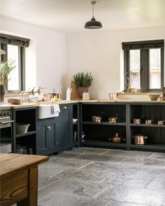 As a little early Christmas gift from our lovely sister company @floorsofstone this beautiful Worn Grey Limestone is now part of their flash sale until 22nd December 🤗 #deVOLKitchens