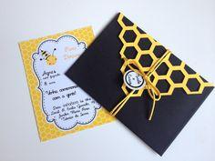 Convite para festa no tema Abelha Confeccionado em papéis 180 e 240g. Posso realizar em outras cores para combinar com a decoração da sua festa. Podem ser variadas ou todas iguais. Temos também toppers, porta bis, outros modelos de forminhas para docinhos, opções de caixinha para lembran... 1st Birthday Girls, Diy Birthday, Bee Gender Reveal, Buzz Bee, Honey Packaging, Mommy To Bee, Cricut Craft Room, Bee Party, Bee Theme