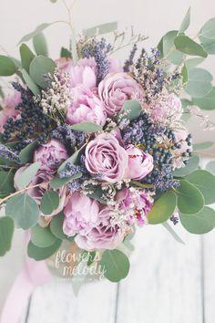 Букет с фиолетовой розой, лавандой и ягодами