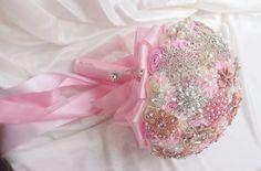 Aliexpress.com: Comprar Pulgadas custom ramo de novia, pink novia de la celebración de las flores, broche ramo, joyería de perlas de diamantes hecha of cintas de joyería de perlas de cristal Swarovski fiable proveedores en Brooch bouquets custom store
