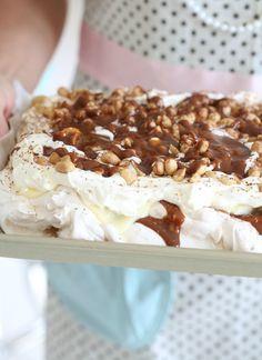 Denne Banoffee meringue pie er bare helt fantastisk god. Den består av en marengsbunn, karamell, bananer, vaniljekrem, kremfløte, salte peanøtter og sjokolade ... Kan ikke nekte for at dette er en kaloribombe, men noen ganger er det bare så verdt hver eneste kalori.
