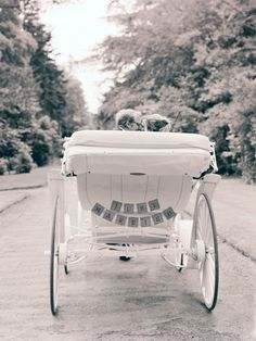 oh my goodness.. I would LOVE to ride off in a horse-drawn carriage after my wedding!<3