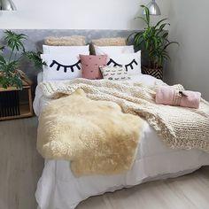 Quem aí também ama montar uma composição bem linda de almofadas na sua cama, sofá e  todos os cantinhos aconchegantes da sua casa? Eu adoro!    Hoje tem dicas imperdíveis de como não errar nas composições de mix de almofadas.  Corre lá no stories para ver ;)  .  .  .  .  #meuestilowestwing #decoracao #decoracaodeinteriores #decor #designdeinteriores