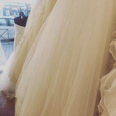 C'est parti pour les essayages !! \o/ J'ai sorti les mouchoirs  En plus quand tu es accueilli au top que demande le peuple ? . . . . . . . . . . . #lafilleauxchaussuresroses #weddingplanner #weddingplannerlife #weddingdress  #justeunbaiser #lens #robedemariee