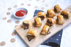 Op zoek naar een lekker hartig hapje voor bijvoorbeeld oud en nieuw? Wat dacht je van mini saucijzenbroodjes? Lekker en simpel te bereiden! A Food, Good Food, Puff Pastry Appetizers, Carne Picada, Doughnut, Sushi, Mini, Lunch, Snacks
