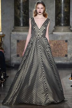 The complete Luisa Beccaria Fall 2015 Ready-to-Wear fashion show now on Vogue Runway. Luisa Beccaria, Couture Fashion, Runway Fashion, High Fashion, Fashion Show, Fashion Design, London Fashion, Fashion Women, Glamour Moda