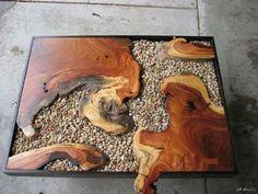 стол из дерева и камней
