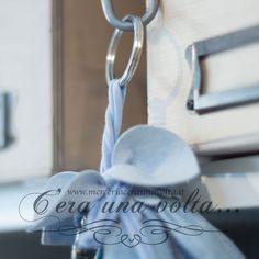 Anelli a spirale per portachiavi, con bordi arrotondati, componenti di base per effettuare lavori di bigiotteria fai da te. Principalmente la loro funzione e quella di poter aggiungere o cambiare vari elementi al suo interno grazie alla congiunzione a due giri. Disponibile in due varianti Materiale Metallo Rodiato Unità di vendita Confezione da 10 pz Misure Diametro   30 mm Diametro   40 mm           Spessore 4 mm Colore  Argento