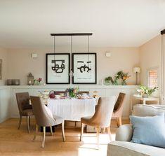 comedor-con-sillas-tapizadas-suelo-de-madera-y-lampara-de-techo-de-tres-bombillas 00381795