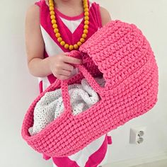 Crochet Doll's Carry Basket, free pattern by Paapo ༺✿ƬⱤღ  https://www.pinterest.com/teretegui/✿༻
