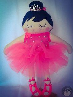 Boneca Clara bailarina feita artesanalmente, em tecidos de algodão, feltro e enchimento siliconado. <br>Medindo 37cm <br>A Bonequinha possui um mascotinho, um coelhinho!