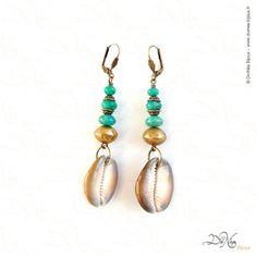 Boucles d'oreille    Matières : Perles de laiton artisanales, Amazonite, Cauris marrons    DiviNéa Bijoux sur http://www.divinea-bijoux.fr & http://www.facebook.com/divinea.bijoux.fr