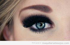 Maquillaje de ojos muy oscuro y negro