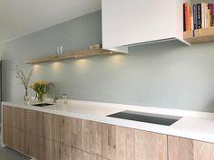 Gietvloer wit keukenblad houten deuren kitchen pinterest