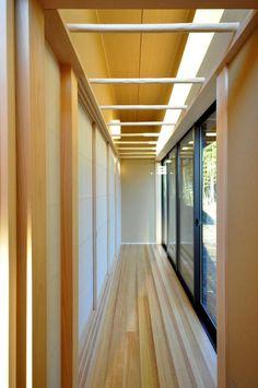 和モダンの家<br />縁側、洗濯干しスペースと縁側の有効利用、杉化粧丸太を洗濯干しとして利用、ハイサイドライトから光が差し込む Stairs, Home Decor, Stairway, Decoration Home, Staircases, Room Decor, Ladders, Interior Decorating, Ladder