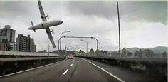 Avião se choca com ponte, cai em rio em Taiwan e mata 19; veja vídeo - Notícias - Internacional