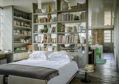 Una soluzione per open space, ispirata alla casa di Ilse Crawford: la zona letto, aperta ma non visibile dal resto dell'appartamento è delimitata da una libreria passante