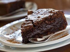 Transform a boring box mix into a delicious rich ooey-gooey Fudge Cake! Gooey Chocolate Cake, Gooey Cake, Chocolate Chocolate, Food Cakes, Fudge Recipes, Cake Recipes, Mousse Au Chocolat Torte, Nutella Fudge, Mud Pie