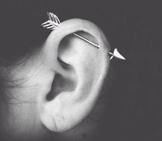 Pick your favorite type and get that ear piercing done. Opt for different ear piercing combination. You are bound to look drop dead gorgeous and charming. Types Of Ear Piercings, Cute Piercings, Body Piercings, Cartilage Piercings, Piercings For Girls, Daith, Innenohr Piercing, Piercings Bonitos, Piercing Bouche