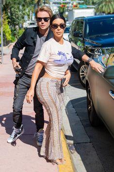 Kim Kardashian wears a graphic Tshirt snakeprint laceup pants and Yeezy seethrough wedge sandals in Miami on Dec 3 kimkardashianstyle yeezyshoes celebrityfashion snakeskin Kim Kardashian Meme, Estilo Kardashian, Kardashian Style, Kardashian Salads, Kardashian Workout, Kourtney Kardashian Body, Kim Kardashian Yeezy, Kardashian Kollection, Urban Outfitters Outfit