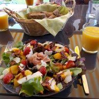 Super lekkere zomerse lunchsalade;  ook lekker voorgerecht.   Smulweb.nl