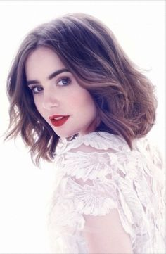 :\Lily Collins rocks the red lips