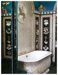 Baños originales/ baños de lujo: Realizado por  @JanineJanet, se inspiro en las estatuillas de conchas de los @Medici y el pabellón de @Rambouillet. Un #baño realizado con #conchas en sus paredes que destaca por su brillo. Por Janine Janet, foto de #RolandBeafre #DecoracionBaño #BañosArtisticos #BañosOriginales