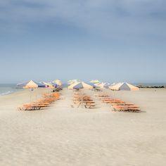 Nebensaison 02 – Tourismus ohne Touristen. Die Sonnenschirme der kargen Strände im Mai zeichnen ein Muster aus Ruhe und Erwartung. 2013, MD | © www.piqt.de | #PIQT