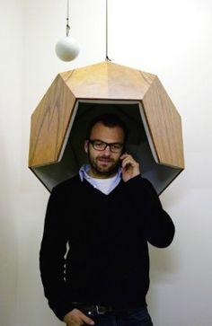 """Robert Stadler, designer autrichien, né en 1966. Sur cette photo, Cabine d'isolement """"Pentaphone"""", 2006."""
