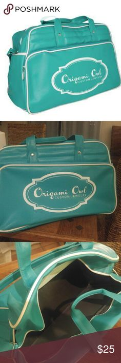 Origami Owl Weekender bag! *Rare* HUGE Everything you need to show up in style at your jewelry bars, or getaway for the weekend. No longer available to purchase thru O2. Nice and roomy. brand new!! Origami owl Bags Travel Bags