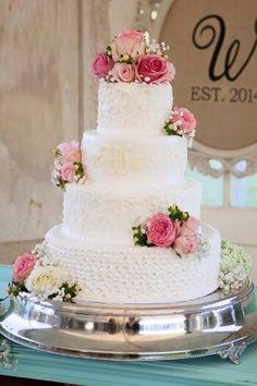 Hochzeitstorten mit echten Blumen sind einfach zauberhaft. Die filigranen Blüten kann man perfekt auf die Hochzeit abstimmen . Schaut in unsere Galerie... I © Mandy Owens Photography