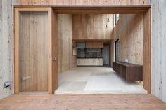 Esta casa japonesa projetada por TTAA / Tatsuyuki Takagi está disposta como uma estrutura mista, de baixo custo, que possui um espaço impressionante. A casa está feita de concreto e a estrutura em balanço é de madeira. Este é um projeto que não foi pensado apenas para a casa, mas também para a paisagem.