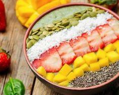 Smoothie bowl aux épinards, avocat, mangue, noix de coco, fraises, graines de courge et graines de pavot : http://www.fourchette-et-bikini.fr/recettes/recettes-minceur/smoothie-bowl-aux-epinards-avocat-mangue-noix-de-coco-fraises-graines-de