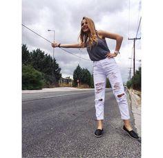 Οτοστόπ or not, η Ελένη Βουλγαράκη του Mad Tv απογειώνει το street chic με τις εσπαντρίγιες Toms που επέλεξε από το e-shop μας!