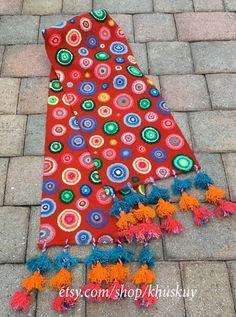 Mano de corredor de lanas de oveja rojo bordado con círculos multicoloras y acabados con 3 capas de pompones. Magnífico en su mesa o como un corredor de la cama. Los colores vibrantes y motivos detallados hará cualquier habitación lucir hermosa!  Las fotos son del elemento real que recibirás!  Tenga en cuenta que las variaciones de color y pequeñas imperfecciones son naturales en artículos hechos a mano.  Medidas: Ancho: 11 1/2 pulgada Lenth: 62.75 en largo + 6 en borla de largo en cada ...