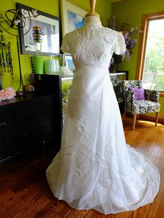 Vintage wedding dress 1970s Lace applique perfect Classic dress by RetroVintageWeddings on Etsy https://www.etsy.com/listing/197296366/vintage-wedding-dress-1970s-lace