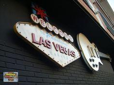 Ambos carteles para exterior luminosos. Realizado y pintado a mano en madera. En decoración Retro & Vintage hacemos carteles para su negocio. www.cartelestematicos.com