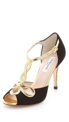 black and gold sandal Wedding Shoes Online, Designer Wedding Shoes, Designer Shoes, Look Fashion, Fashion Shoes, Shoe Boots, Shoes Sandals, Strappy Sandals, Salsa Shoes