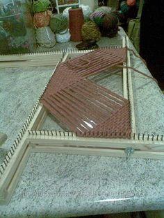 Risultati immagini per diagonal weave loom Weaving Tools, Card Weaving, Tablet Weaving, Loom Weaving, Loom Knitting Projects, Weaving Projects, Weaving Textiles, Weaving Patterns, Loom Craft