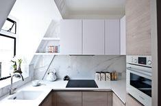 kleine Küche mit Dachschräge - weiße Fronten und Arbeitsplatte, Marmor Rückwand