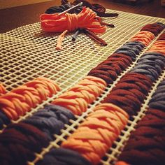 Discover thousands of images about astranonsoloborse: Come lavorare la fettuccia nella rete Braided Rag Rugs, Rope Rug, Crochet Carpet, Pom Pom Rug, Latch Hook Rugs, Yarn Bag, Fabric Yarn, Diy Carpet, Natural Rug